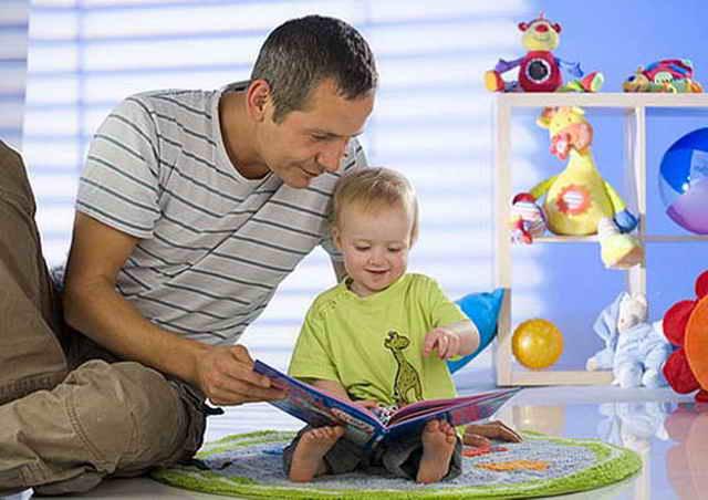 Папа читает ребенку