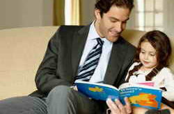 Папа читает книгу дочери