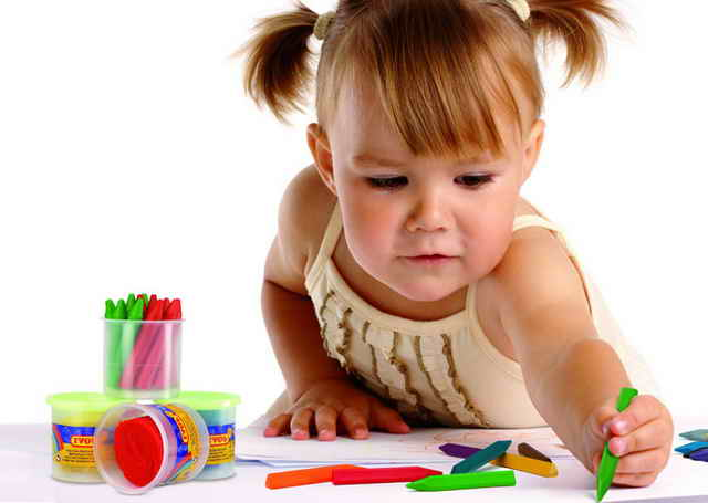 Девочка рисует мелками