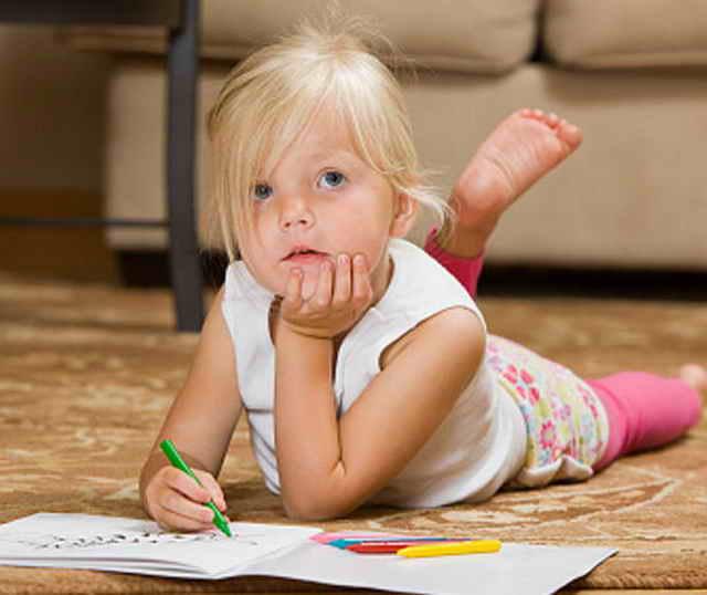 Ребенок раскрашивает картинку