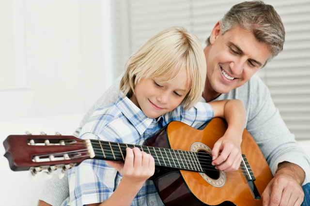 Папа учит сына играть на гитаре