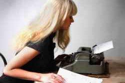 Девушка за печатной машинкой