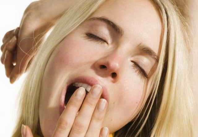 Девушка зевает