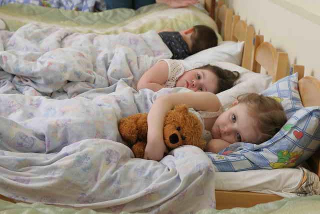 Дети спят в садике