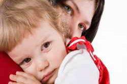 Мама обнимает ребенка
