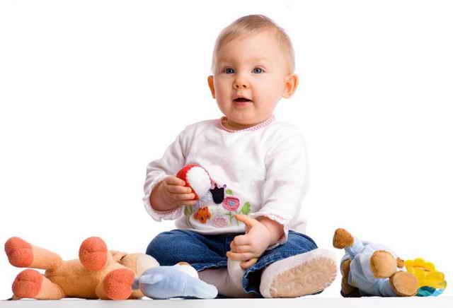 Ребенок с мягкими игрушками