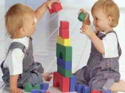 Дети строят пирамидку