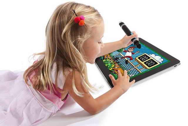 Девочка играет с планшетом