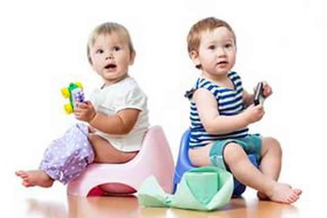 Дети сидят на горшке