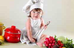 Ребенок готовит еду
