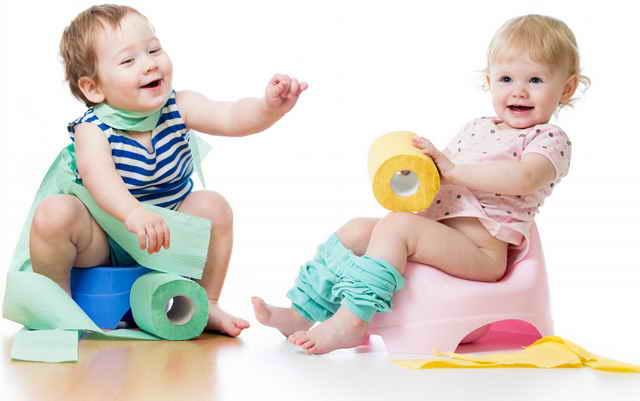 Дети играют с туалетной бумагой