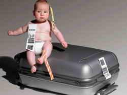 Ребенок на чемодане
