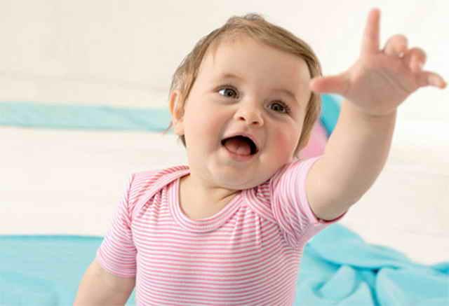 Ребенок указывает рукой на предмет