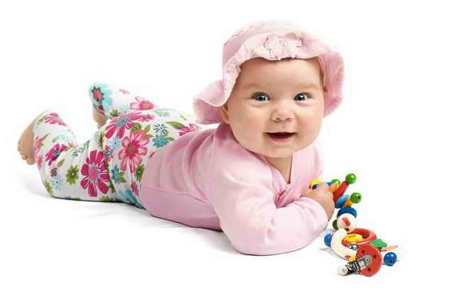 Малыш с погремушками