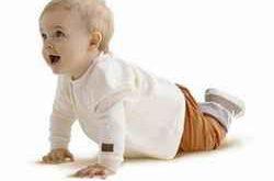 Младенец ползет