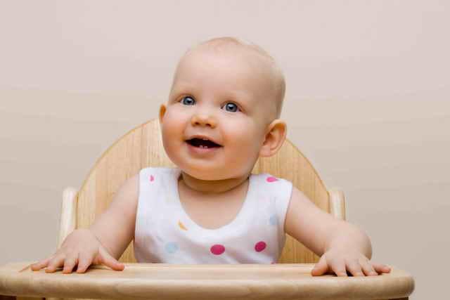 Ребенок в детском стульчике