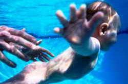 Младенец плавает под водой