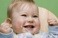 Ребенок смеется