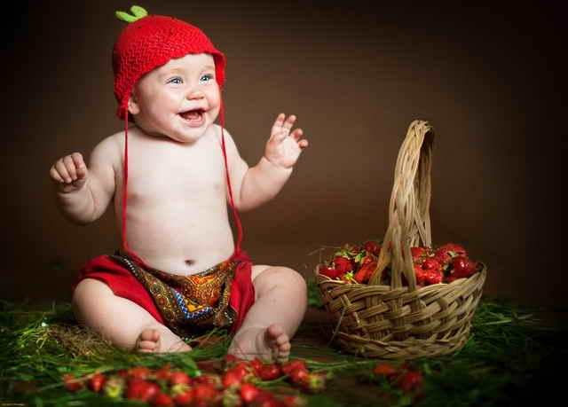 Ребенок с корзиной ягод