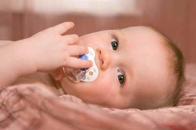 Малыш с пустышкой