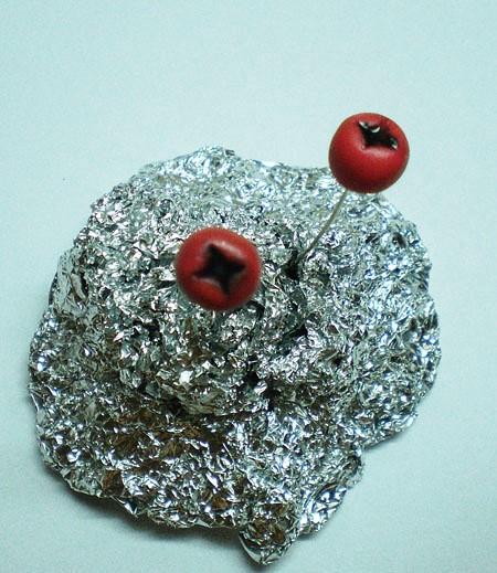 Ягода из полимерной глины